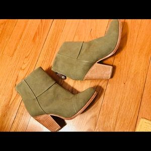 Rag & Bone size 7 olive booties